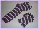 Ringelkniestrümpfe und Handschuhe